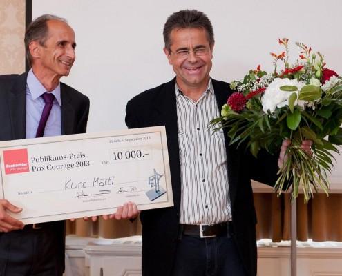 Beobachter Chefredaktor Andres Büchi überreicht Kurt Marti den Publikumspreis.